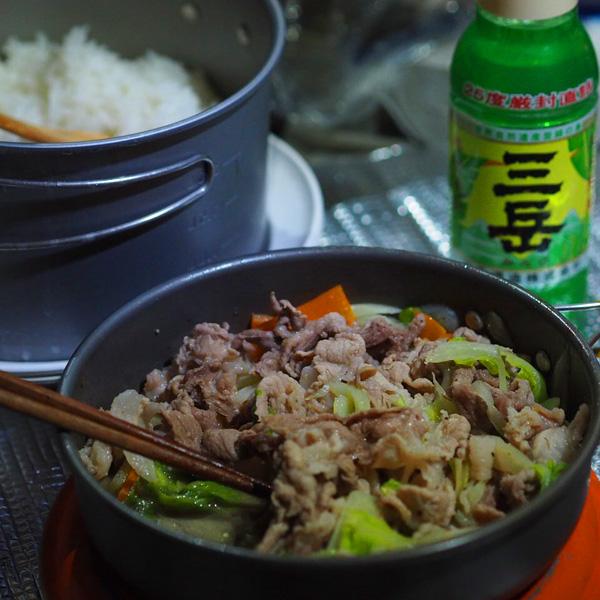 大地ガイドの手料理夕飯。美味しそうに撮れてますね! <松本さん撮影>