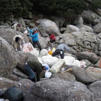 西部林道の海岸線のゴミ拾い